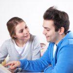 Zwei Studenten haben Spass am Lernen